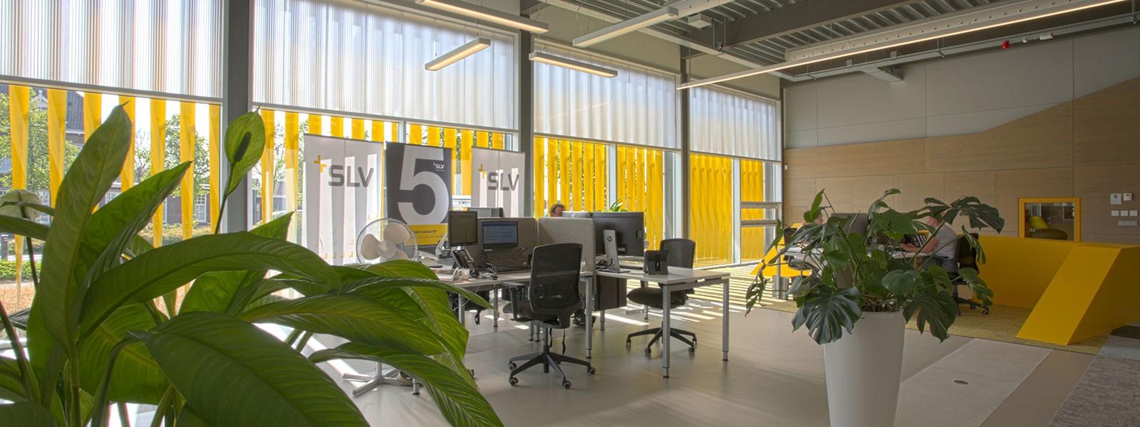 Modern kantoor in oude fabriekshal
